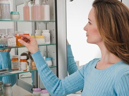 Tủ thuốc trong nhà cần luôn có những loại thuốc cơ bản và dụng cụ y tế cần thiết để chăm sóc bé kịp thời.