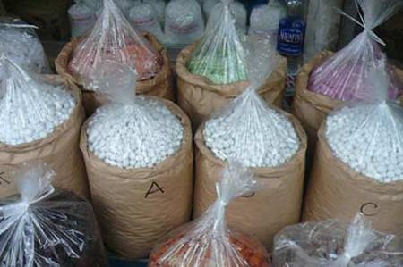 Các loại mứt không nhãn mác bày bán la liệt trên thị trường.