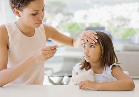 Khi đo nhiệt độ cho trẻ nên đo ở nách là an toàn hơn.