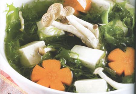 Một số thành phần cơ bản trong thức ăn lành mạnh của người Nhật (đậu phụ, nấm, hải sản, rong biển).