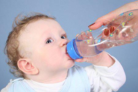 Bé dễ bị ngộ độc vì uống nước không đúng cách.