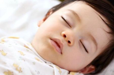 Trẻ thường nghiến răng vào ban đêm.