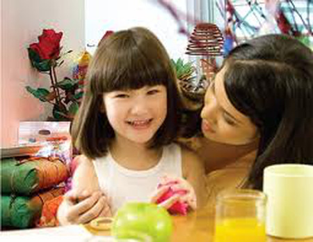 Duy trì chế độ ăn của trẻ gần với ngày thường.