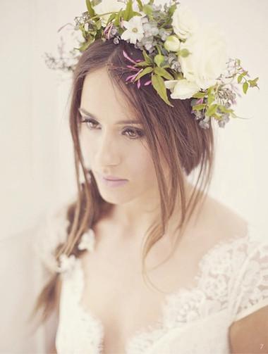 Kiểu tóc gắn hoa cho vẻ đẹp lãng mạn của cô dâu ngày cưới 4