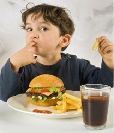 Đồ ăn nhanh khiến trẻ tăng nguy cơ dị ứng.