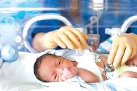 Trẻ sinh non được nuôi dưỡng trong lồng ấp.