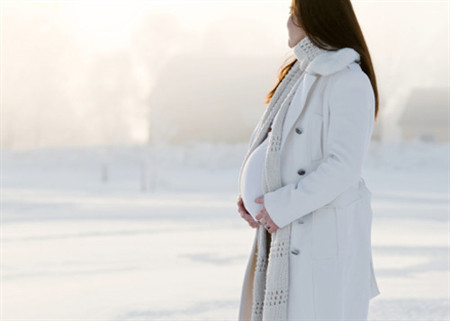 Trong thời tiết khắc nghiệt, mẹ bầu cần chú ý giữ ấm để tránh cảm cúm.