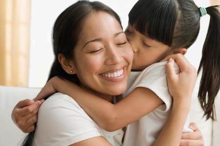 Khi trẻ làm sai điều gì đó, hãy dậy trẻ cách nhận lỗi và sửa sai.