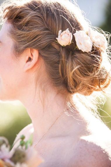 Kiểu tóc gắn hoa cho vẻ đẹp lãng mạn của cô dâu ngày cưới 2