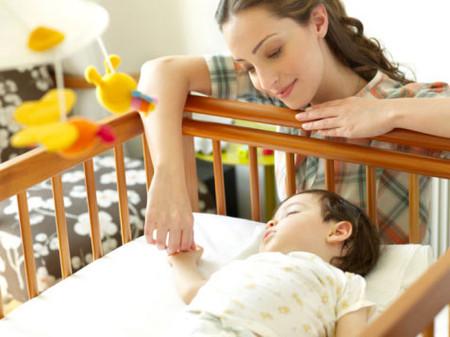 Trẻ hay thức giấc vào lúc nửa đêm rất cáu kỉnh.