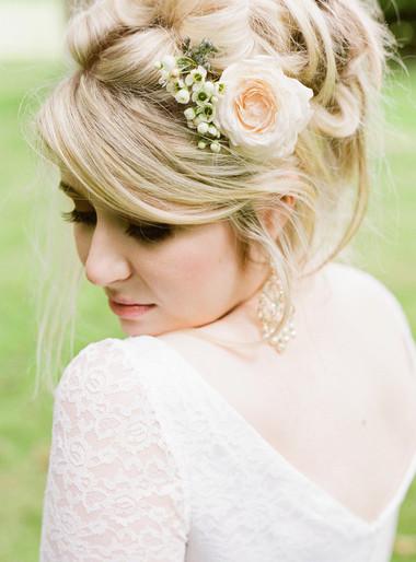 Kiểu tóc gắn hoa cho vẻ đẹp lãng mạn của cô dâu ngày cưới 3
