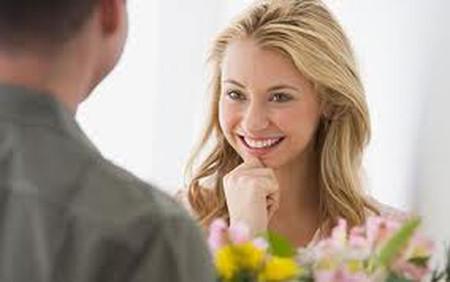 Đàn ông sẽ khó quên được người phụ nữ khi liên tục cười thân thiện với họ.