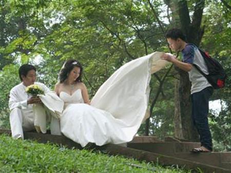 Hai bà thông gia tự sắp xếp trả tiền lên lịch và chỉ thông báo cho đôi uyên ương ngày giờ để chụp hình và cưới.