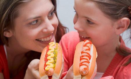 Không nên cho trẻ ăn quá nhiều đồ ăn nhanh vì nó gây hại cho trẻ