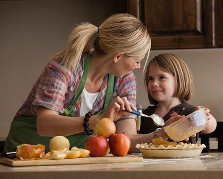 Tập cho bé phụ giúp những việc nhỏ trong nhà.