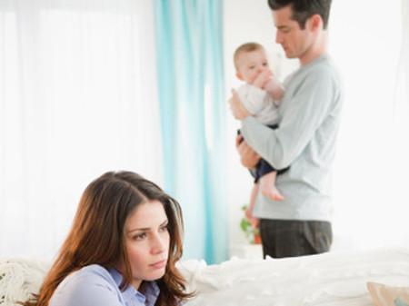 Mỗi lần nhớ lại cảnh chồng đang tán tỉnh em gái nhí nhảnh là tim chị lại đau nhói.