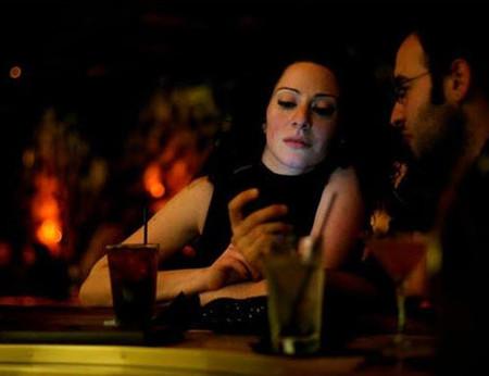 Mọi người rủ nhau đến quán ba tìm tình một đêm.