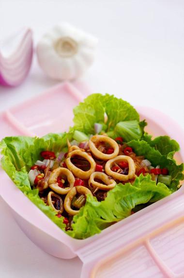 Mực thấm gia vị ngọt ngọt cay cay, dùng làm món nhậu hay món khai vị, thậm chí ăn cùng cơm cũng rất ngon.