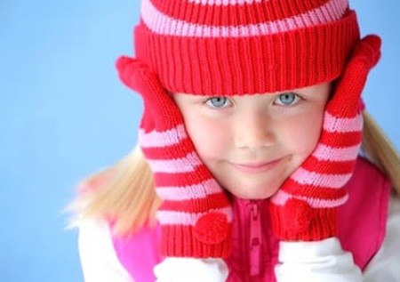 Mùa lạnh, cần giữ ấm cho trẻ để phòng bệnh hô hấp.