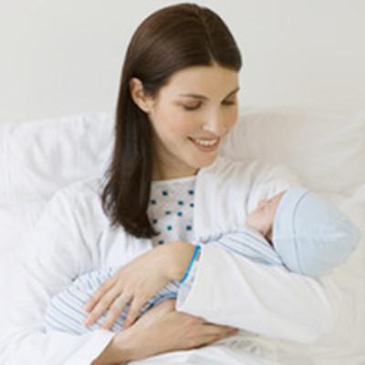 Sữa mẹ trong giờ đầu là văcxin quan trọng cho trẻ.