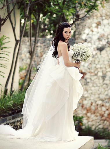 3. Hoa cưới hòa hợp với trang phục 1
