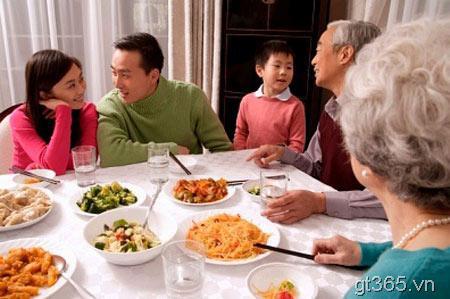 Anh dù bận cũng luôn cố gắng về ăn cơm cùng vợ và gia đình.