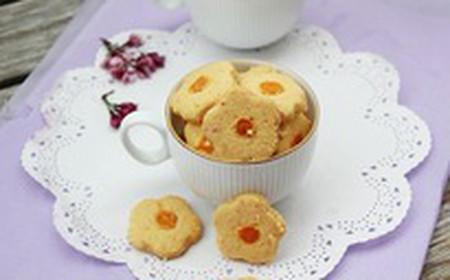 Những chiếc bánh hình hoa mai như biểu tượng của mùa Xuân.