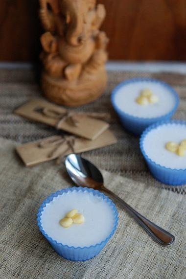 Vị béo béo của nước cốt dừa kết hợp cùng bột báng dẻo mềm tạo nên sức hấp dẫn lạ kì cho món chè.