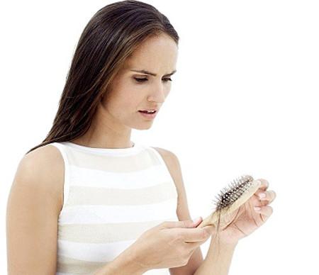 Tâm lý không thoải mái cũng dẫn đến việc rụng tóc.