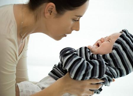m bé của bạn sẽ cần rất nhiều cái ôm ấp, vỗ về và an ủi từ người thân.