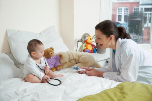 Chơi trò bác sĩ khám bệnh với bé.