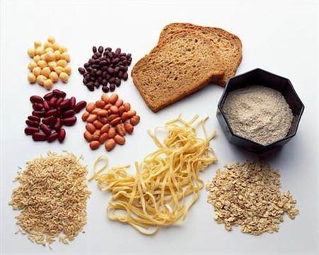 Khi mang thai, mẹ bầu nên ăn các loại ngũ cốc nguyên hạt để giảm chứng táo bón.