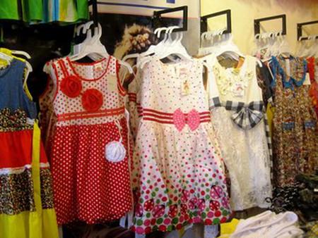 Chọn quần áo xinh xắn, an toàn cho con là điều mà các bà mẹ quan tâm.