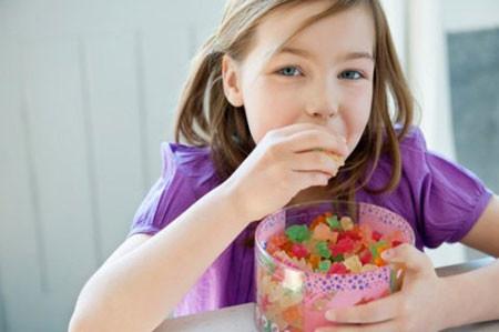 Hãy rèn luyện thói quen ăn uống lành mạnh cho bé yêu.