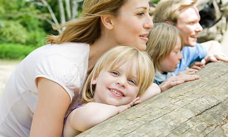 Hãy cố gắng sắp xếp công việc để có thể dành thời gian cho con trong những ngày cuối tuần.