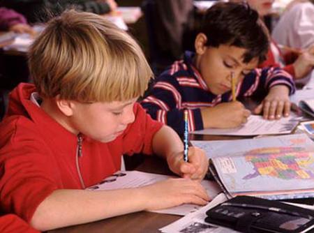Nếu đã biết trẻ thuận tay trái, cha mẹ cần có những cách thức phù hợp để hướng dẫn một cách mềm dẻo, nhất là khi bé tập viết.