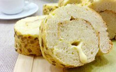 Một khoanh bánh mỳ cuộn đi kèm với loại xốt ưa thích và thêm một cốc sữa ấm đủ để bạn bắt đầu một ngày dài làm việc hay học tập.