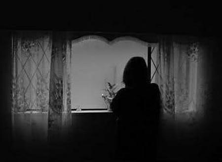 Đêm đã rất khuya mà anh vẫn chưa về.
