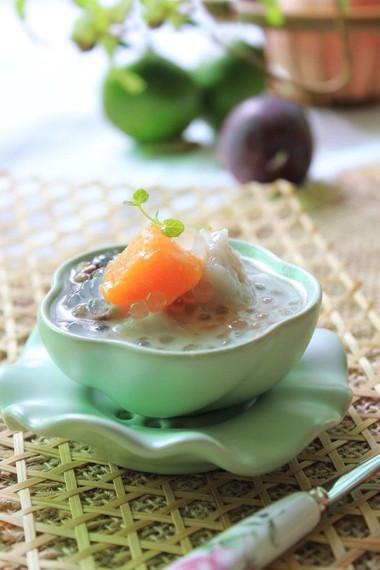 Chè thập cẩm ngon ở hương vị hài hòa, ăn nhiều mà không ngán bởi nó có nhiều loại nguyên liệu khác nhau.