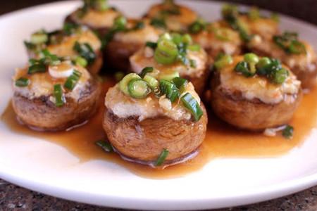 Nấm nhồi tôm là một trong số ít những món ăn đơn giản từ nguyên liệu đến cách làm nhưng mùi vị lại không hề thua kém những món ăn cầu kì khác.