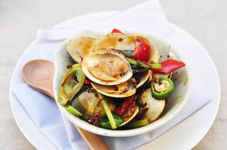 Món ngao xào cay có vịi đậm đà bởi nhiều loại gia vị như hành, gừng, ớt, tỏi, xì dầu… nên sẽ là món nhậu ngon m