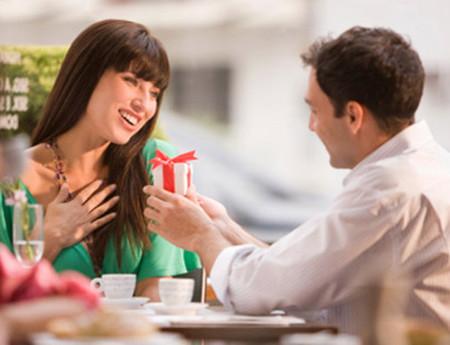 Năm nào chị cũng hồi hộp chờ đợi món quà ngày 8/3 của chồng.