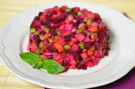 Món salad tím hồng này không chỉ bắt mắt với màu sắc tự nhiên và ấn tượng của nó mà còn hấp dẫn bạn chính ở vị củ dền đỏ nướng thơm phức và rất ngọt ngào