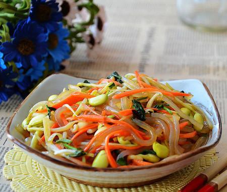 cùng với rau và gia vị chua cay, bạn sẽ có món salad rau mầm cực ngon!