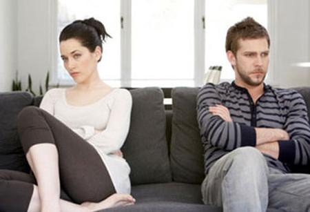 Tôi lo lắng cho tương lai gia đình khuyên bảo anh thì anh tỏ thái độ không vui và nói là... chán.