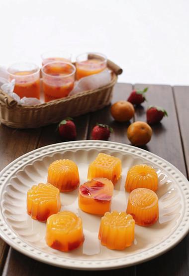 Vị ngọt tự nhiên của nước cam hòa cùng vị mát mát, dai dai của thạch tạo nên một món ăn vặt kiêm món tráng miệng tuyệt ngon