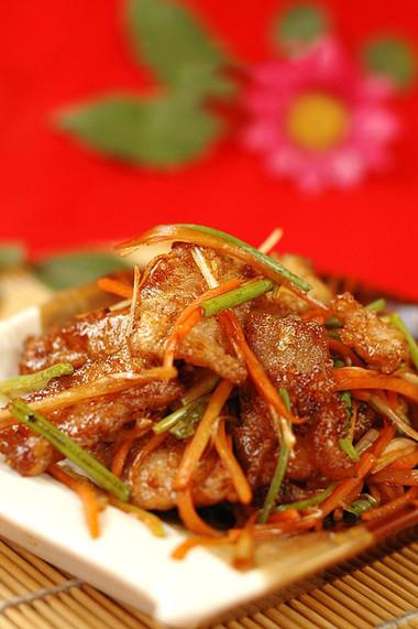 Món thịt chiên thấm nước xốt được xào cùng rau củ nên ăn thật đậm đà đưa cơm mà không hề gây ngán!