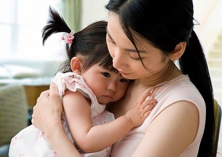 Khi phát hiện ra có những dấu hiệu lạ về hành vi, ngôn ngữ của con, cha mẹ cần bình tĩnh đưa con tới bệnh viện để thăm khám