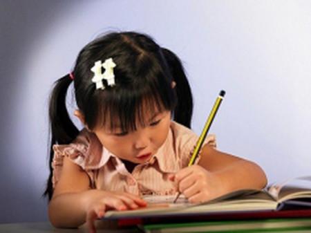 Để con hào hứng với môi trường học mới là bố mẹ phải thật thoải mái, không tạo áp lực cho bé.