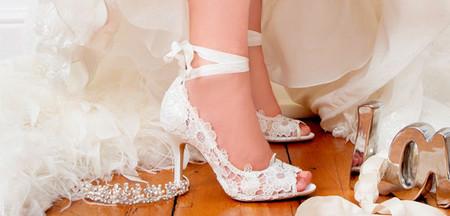 Chọn giày phù hợp với dáng váy cho cô dâu  1
